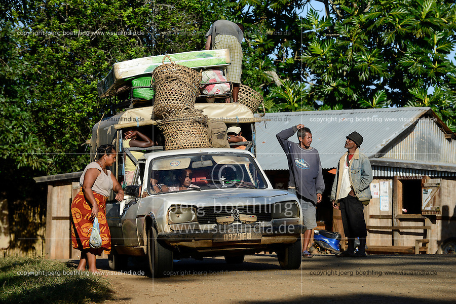 MADAGASCAR Mananjary, overloaded old Peugeot car used as Taxi brousse / MADAGASKAR Mananjary , ueberladenes Peugeot Taxi