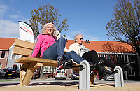 Nederland - Zaandam- September 2019.      In Straat Davis staan sporttoestellen speciaal voor senioren. De toestellen mogen door iedereen gebruikt worden. Twee keer per week geeft Sportbedrijf Zaanstad gratis les.   Foto mag niet in negatieve / schadelijke context gepubliceerd worden.  Foto Berlinda van Dam / Hollandse Hoogte