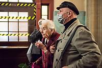 """Prozess gegen die 92jaehrige Holocaust-Leugnerin Ursula Haverbeck wegen Volksverhetzung am Dienstag den 17. November 2020 in Berlin vor dem Amtsgericht Tiergarten. Sie hatte im Maerz 2018 in einem im Internet veroeffentlichten Interview wiederholt den Holocaust geleugnet. <br /> Die bereits mehrfach wegen Holocaustleugnung und Volksverhetzung verurteilte Haverbeck wurde von einschlaegig bekannten Nazis zum Prozess begleitet.<br /> Ihr Rechtsbeistand ist der rechtsextreme Szeneanwalt Wolfram Nahrath.<br /> Im Bild: Der Rechtsextremist Thomas """"Steiner"""" Wulff geleitet Haverbeck zum Gerichtssaal.<br /> 17.11.2020, Berlin<br /> Copyright: Christian-Ditsch.de"""