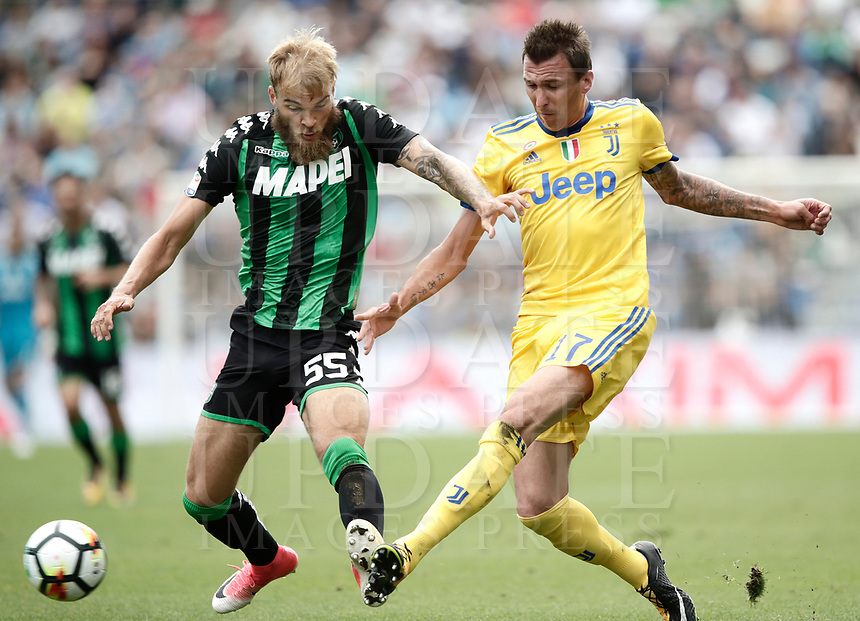 Calcio, Serie A: Reggio Emilia, Mapei stadium, 17 settembre 2017.<br /> Juventus' Mario Mandzukic (r) in action with Sassuolo's Timo Letschert (l) during the Italian Serie A football match between Sassuolo and Juventus at Reggio Emilia's Mapei stadium, September 17, 2017.<br /> UPDATE IMAGES PRESS/Isabella Bonotto