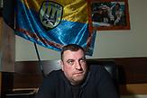 Portraits von Menschen, die mit einschneidenden persönlichen Ereignissen im Krieg in der Ostukraine leben müssen. Dmytro Kulisch kämpfte mit seinem Bataillon  im August 2014 bei der Kleinstadt Ilowajsk, kam in Gefangenenschaft und erzählt, er wurde dort gefoltert.