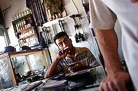 SYRIEN, 07.2014, Koreen (Provinz Idlib). Leben ohne Zentralregierung: Manchmal ist schon viel los gewesen in dem kleinen Laden dieses Waffenhaendlers. Hier kriegt jeder was er will, Angehoerige der Rebellenmilizen zahlen aber nur den Selbstkostenpreis. Eine AK-47-Patrone kostet sonst 0,7 USD. Auch Panzergranaten kann man hier kaufen. | Life without a central government: It´s been busy from time to time in the little shop of an arms dealer. Selling unrestrictedly to any interested customer, members of rebel factions pay only the net cost price. A Kalashnikov bullet otherwise is about 0,70 Dollar. Also tank rounds are purchasable.<br /> © Timo Vogt/EST&OST