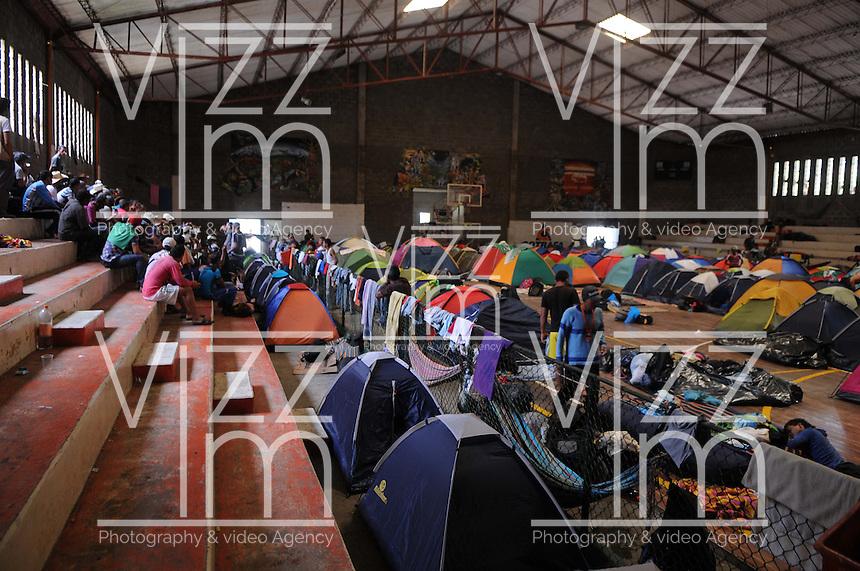 MEDELLÍN -COLOMBIA-26-08-2013. Mas de Dos mil campesinos entre los cuales hay Indígenas y Mineros permanecen en el Municipio de Barbosa al Norte de Medellin y que se encuentran refugiados en el coliseo del Pueblo piden diálogos con el gobierno para su bienestar en el campo en el marco del paro Nacional Agrario./ More than two thousand farmers among whom are Indians and miners remain in the town of Barbosa at the north of Medellín and they are refugees at El Puelo coliseum ask dialogues with the government to improve their welfare in the countryside as a part of the Agrarian National Strike.  Photo: VizzorImage/Luis Ríos/STR