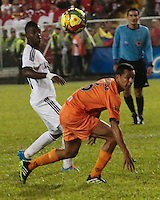 TULUA - COLOMBIA - 24-03-2014: Donner Polo (Der.) jugador de Cortulua disputa el balón con Yamilson Rivera (Izq.) jugador del America, durante partido entre Cortulua y America de Cali, por la fecha 10 del Torneo Postobon I 2014, jugado en el estadio 12 de Octubre de la ciudad de Tulua. / Donner Polo (R) player of Cortulua, figths for the ball with Yamilson Rivera (L) player of America, during a match between Cortulua y America de Cali for the date 10, of the Torneo Postobon I 2014 in the 12 de Octubre stadium in Tulua City. Photo: VizzorImage / Juan C. Quintero / Str.