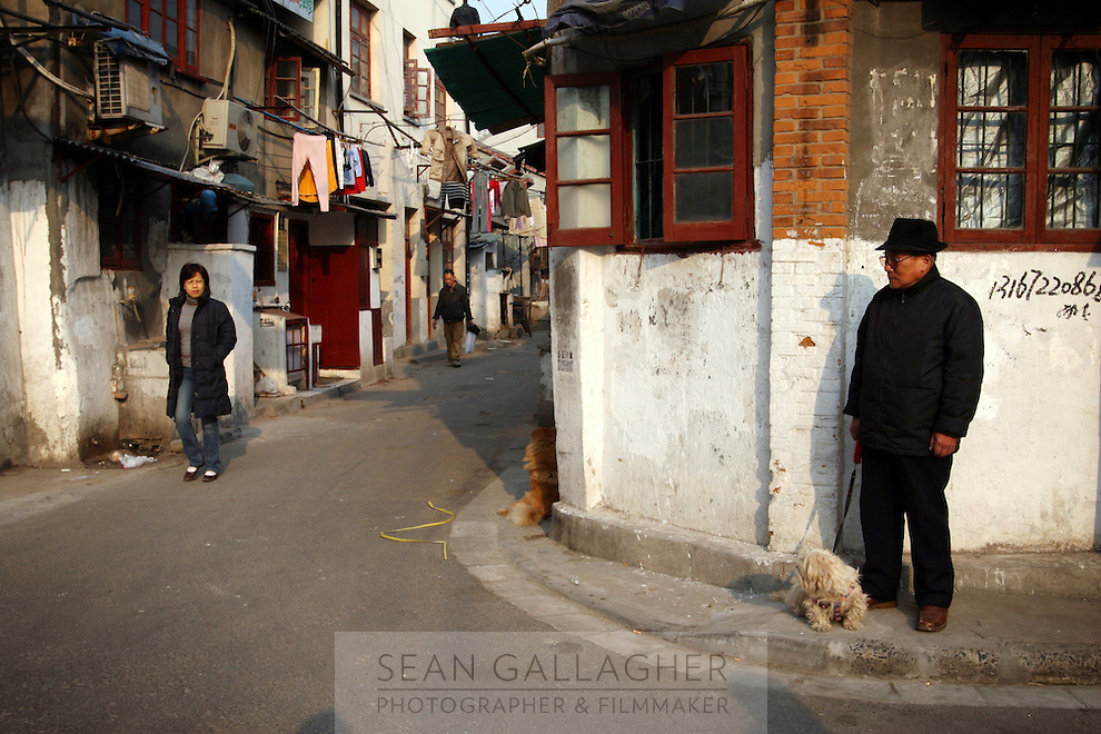 CHINA. Shanghai. Street scene from the old town. Shanghai is a sprawling metropolis or 15 million people situated in south-east China. It is regarded as the country's showcase in development and modernity in modern China. This rapid development and modernization, never seen before on such a scale has however spawned countless environmental and social problems. 2008.
