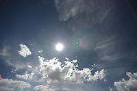 BOGOTÁ-COLOMBIA-11-01-2013. Cielo azul con el sol al medio día./ Blue Sky with sun at noon.  Photo: VizzorImage/STR