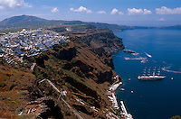 Blick auf Hafen von Fira, Insel Santorin (Santorini), Griechenland, Europa