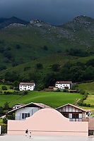Europe/France/Aquitaine/64/Pyrénées-Atlantiques/Pays-Basque/Sare: Le Fronton et les Pyrénées basques