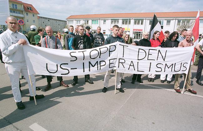 Neben den Aktivitaeten der Friedensbewegung gehen auch Neonazis gegen die Nato-Angiffe auf ex-Jugoslawien auf die Straße. Alledings weniger aus pazifistischen Gruenden, sondern aus nationalistischen - fuer ein unabhaengiges Deutschland.<br /> Hier: NPD-Demonstration im brandenburgischen Neuruppin.<br /> 24.4.1999, Neuruppin<br /> Copyright: Christian-Ditsch.de<br /> [Inhaltsveraendernde Manipulation des Fotos nur nach ausdruecklicher Genehmigung des Fotografen. Vereinbarungen ueber Abtretung von Persoenlichkeitsrechten/Model Release der abgebildeten Person/Personen liegen nicht vor. NO MODEL RELEASE! Nur fuer Redaktionelle Zwecke. Don't publish without copyright Christian-Ditsch.de, Veroeffentlichung nur mit Fotografennennung, sowie gegen Honorar, MwSt. und Beleg. Konto: I N G - D i B a, IBAN DE58500105175400192269, BIC INGDDEFFXXX, Kontakt: post@christian-ditsch.de<br /> Bei der Bearbeitung der Dateiinformationen darf die Urheberkennzeichnung in den EXIF- und  IPTC-Daten nicht entfernt werden, diese sind in digitalen Medien nach §95c UrhG rechtlich geschützt. Der Urhebervermerk wird gemaess §13 UrhG verlangt.]