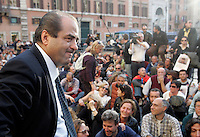 Il senatore e presidente dell'Italia dei Valori Antonio Di Pietro, a sinistra, durante la protesta dei lavoratori di ex Eutelia ed Agile, aziende appartenenti al gruppo Omega davanti a Palazzo Chigi, Roma, 17 novembre 2009..Italian senator and former magistrate Antonio Di Pietro, president of L'Italia dei Valori party, left, takes part in a protest attended by Eutelia and Agile (Omega group) workers in front of Chigi Palace, Rome, 17 november 2009..UPDATE IMAGES PRESS/Riccardo De Luca