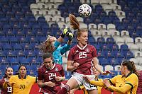 Torfrau Merle Frohms (Deutschland, Germany) und Sjoeke Nüsken (Deutschland, Germany) wehren ab - 10.04.2021 Wiesbaden: Deutschland vs. Australien, BRITA Arena, Frauen, Freundschaftsspiel