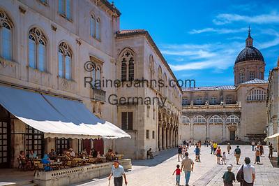 Kroatien; Dalmatien; Dubrovnik: Altstadt - UNESCO Weltkulturerbe - links Palast Ranjina, im Hintergrund Kathedrale von Dubrovnik   Croatia, Dalmatia, Dubrovnik: Old Town - UNESCO world heritage - Ranjina Palace, at background Dubrovnik cathedral