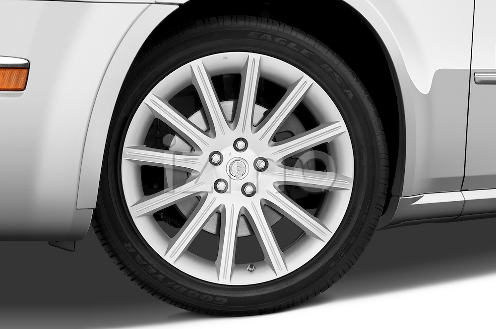 Tire and wheel close up detail view of a 2009 Chrysler 300 CRD