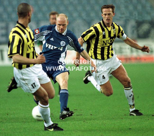 Arnhem,27-01-99  Foto:Koos Groenewold (APA)<br />De verdedigers van Vitesse werden aan alle kanten voorbij gelopen door de Duitsers van Schalke 04.Rechts John van de Brom en links Steve Goossen.