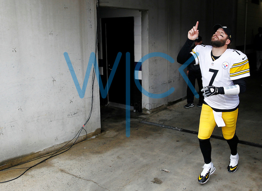 Ben Roethlisberger #7 of the Pittsburgh Steelers takes the field against the Baltimore Ravens during the game at M&T Bank Stadium on December 27, 2015 in Baltimore, Maryland. (Photo by Jared Wickerham/DKPittsburghSports)