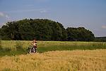 Europa, DEU, Deutschland, Nordrhein Westfalen, NRW, Rheinland, Niederrhein, Toenisberg, Wolfsberg, Agrarlandschaft, Feld, Acker, Getreide, Anbau, Gerste, Radfahrer, Fahrradfahrer, Kategorien und Themen, Landwirtschaft, Landwirtschaftlich, Agrar, Agrarwirtschaft, Erzeugung, Landwirtschaftliche Produkte, Natur, Naturfoto, Naturfotos, Naturfotografie, Naturphoto, Naturphotographie, Landschaft, Landschaften, Landschaftsfoto, Landschaftsfotografie, Landschaftsphoto, Landschaftsphotographie......[Fuer die Nutzung gelten die jeweils gueltigen Allgemeinen Liefer-und Geschaeftsbedingungen. Nutzung nur gegen Verwendungsmeldung und Nachweis. Download der AGB unter http://www.image-box.com oder werden auf Anfrage zugesendet. Freigabe ist vorher erforderlich. Jede Nutzung des Fotos ist honorarpflichtig gemaess derzeit gueltiger MFM Liste - Kontakt, Uwe Schmid-Fotografie, Duisburg, Tel. (+49).2065.677997, ..archiv@image-box.com, www.image-box.com]