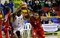 MANIZALES-COLOMBIA. 01-04-2013. César Ordoñez del Once Caldas disputa el balón con un jugador de Halcones de Cúcuta durante partido de la fecha 21 de la Liga Direct TV de baloncesto Profesional de Colombia 2013./ Cesar Ordoñez of Once Caldas fights for the ball with Halcones de Cucuta player during the game of the date 21 of Colombian Professional basketball League DirecTV 2013. Photo: VizzorImage/JJ Bonilla/STR