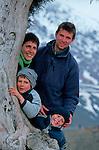 Félix (5ans), Jean Lou (6ans) Raphaele  et Gabriel leurs parents vers le col de Tizi n Tichka entre marrakech et Ourzazate Grand sud marocain. Maroc