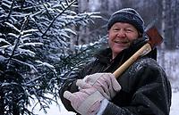 Europe-Asie/Russie/Env Saint-Petersbourg/Vorontzovo: Anatole Yvanovitch ancien général du KGB coupe son sapin de Noël