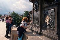 Karlsbruecke (Karlov Most), Statue des Nepomuk, Prag, Tschechien, Unesco-Weltkulturerbe