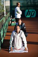 06-07-11, Tennis, South-Afrika, Potchefstroom, Daviscup South-Afrika vs Netherlands, Training Nederlands team, Thomas Schoorel is aan het stretchen op de achtergrond captain Jan Siemerink