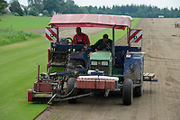 DEUTSCHLAND, Matthies Landwirtschaft in Wenzendorf, Anbau und Ernte von Rollrasen fuer Gaerten, Stadien, Sportstaetten, Parks etc., Traktor mit Schaelmaschine / <br />