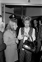 L'actrice americaine, Joan Crawford, invitee-vedette de l'Assemblee generale de l'industrie des eaux gazeuses du Quebec, à l 'occasion de sa 29e assemblée annuelle, le  1er novembre 1970<br /> <br /> Photo : Photo Moderne - © Agence Quebec Presse