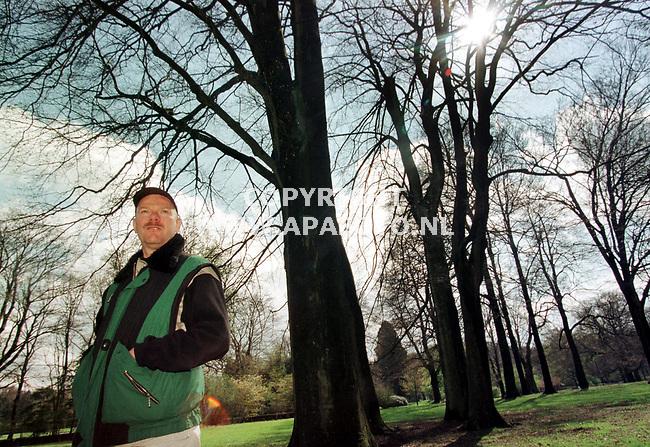 Oosterbeek,12-04-99  foto:Koos Groenewold (APA)<br /> Dhr Toes,detective-schrijver