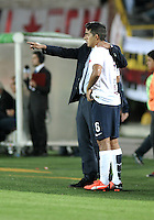 BOGOTA- COLOMBIA – 16-02-2016: Cesar Farias, técnico de de Cerro Porteño del Paraguay, da instrucciones a Silvio Torales, jugador, durante partido entre Independiente Santa Fe de Colombia y Cerro Porteño del Paraguay por la segunda fase de la Copa Bridgestone Libertadores en el estadio Nemesio Camacho El Campin, de la ciudad de Bogota. / Cesar Farias, coach of Cerro Porteño of Paraguay, gives instuctions to Silvio Torales, player, during a match between Independiente Santa Fe of Colombia and Cerro Porteño of Paraguay for the second phase, of the Copa Bridgestone Libertadores in the Nemesio Camacho El Campin in Bogota city. VizzorImage / Luis Ramirez / Staff.
