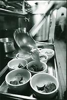 """Europe/France/Ile-de-France/75001/Paris: Préparation de la gratinée à l'oignon ou gratinée des halles au restaurant """"Au Pied de Cochon"""""""