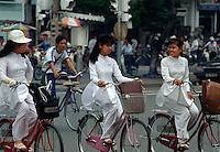 Mädchen im Ao Dai in Saigon, Vietnam