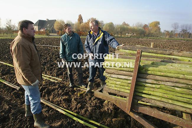 RESSEN 121103 niek van olst bij het voorbereiden van een nieuwe boomgaard.<br />foto frans ypma APA-foto