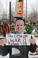 """manichino con cartello """"il costo della guerra ci sta uccidendo"""" the cost of war is killing us"""