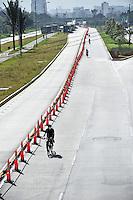 BOGOTÁ-07-02-2013. Ciclistas circulan por la Avenida El Dorado,  sin carros, hoy en horas de la mañana durante el Día sin Carro. (Foto: VizzorImage / Luis Ramírez / Staff). A bikers ride along on the El Dorado Avenue,  empty, today in the mornig during the Car Free Day in Bogotá. (Photo: VizzorImage / Luis Ramírez /Staff)......