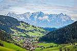 Austria, Tyrol, Wildschoenau: high valley at Kithbuehel Alps, district Oberau, at background Kaiser mountains | Oesterreich, Tirol, Wildschoenau: Hochtal in den Kitzbueheler Alpen bei Woergl, Ortsteil Oberau, im Hintergrund das Kaisergebirge