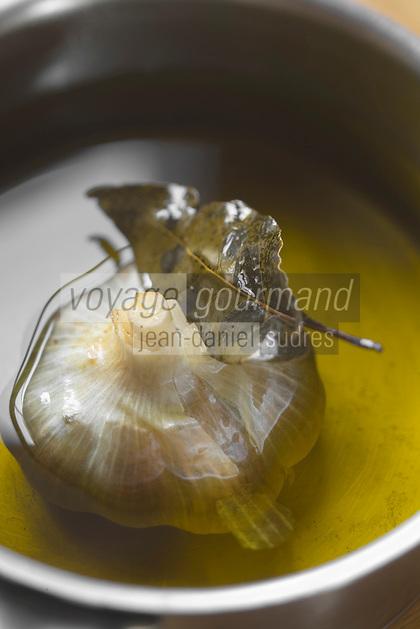 Europe/France/Aquitaine/40/Landes/Mauvezin-d'Armagnac: Nathalie  Arizmendi cuisine pour les invités au Domaine de l'Espérance Jean-Louis et Claire de Montesquiou  produisent un armagnac et aussi du vin de gascogne.L'ail est mis a tremper pour parfumer l'huile qui servira à cuire les champignons
