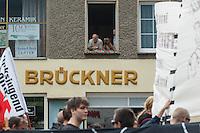 240 Menschen demonstrierten am Samstag den 12. Juli 2014, zum Teil bei stroemendem Regen, in Oranienburg anlaesslich des 80. Todestages des Revolutionaers Erich Muehsam. Muehsam wurde am 10. Juli 1934 im Konzentrationslager Oranienburg durch die Nationalsozialisten ermordet.<br /> 12.7.2014, Oranienburg<br /> Copyright: Christian-Ditsch.de<br /> [Inhaltsveraendernde Manipulation des Fotos nur nach ausdruecklicher Genehmigung des Fotografen. Vereinbarungen ueber Abtretung von Persoenlichkeitsrechten/Model Release der abgebildeten Person/Personen liegen nicht vor. NO MODEL RELEASE! Don't publish without copyright Christian-Ditsch.de, Veroeffentlichung nur mit Fotografennennung, sowie gegen Honorar, MwSt. und Beleg. Konto: I N G - D i B a, IBAN DE58500105175400192269, BIC INGDDEFFXXX, Kontakt: post@christian-ditsch.de<br /> Urhebervermerk wird gemaess Paragraph 13 UHG verlangt.]