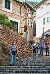 Spanien, Mallorca, Fornalutx: schmale, verwickelte Gassen mit vielen Treppen fuehren durch den schoenen Ort | Spain, Mallorca, Fornalutx: narrow, winding lanes with lots of stairs leading through the picturesque village