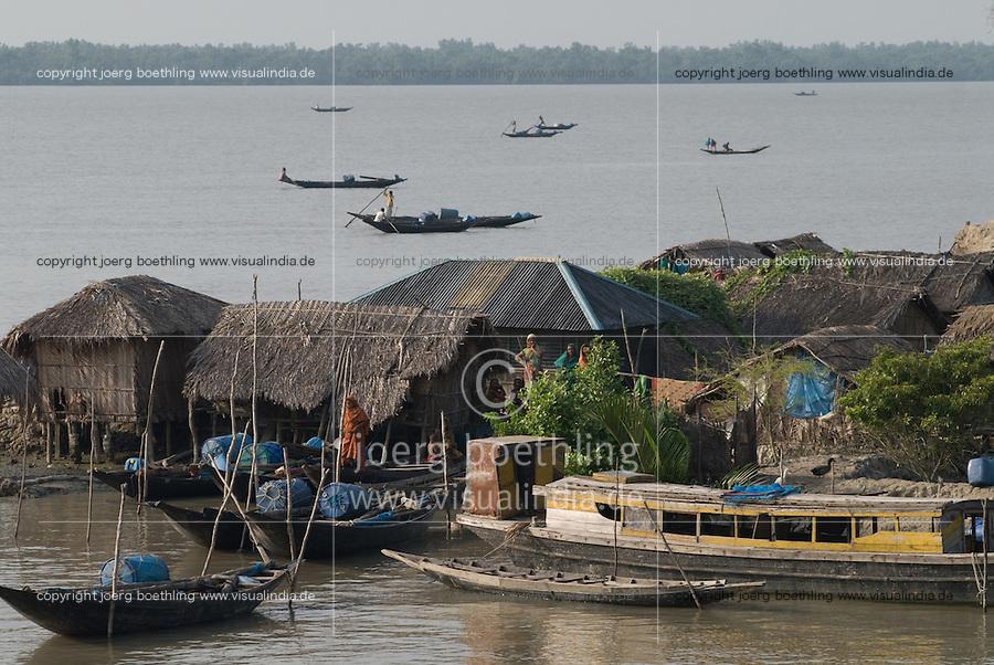 BANGLADESH, Division Khulna, village Kalabogi at river Shibsha close to the Bay of Bengal , fisherman catch shrimp larvae for shrimp cultivation  / BANGLADESCH, Dorf Kalabogi am Fluss Shibsha, Fischer fangen Shrimpslarven fuer die Shrimpszucht