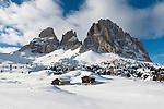 Italy, Alto Adige - Trentino, South Tyrol, above Selva di Val Gardena: ski run at Passo Sella and Sassolungo mountain, 3.181 m   Italien, Suedtirol, Groednertal, oberhalb Wolkenstein, Skipiste am Sellajoch vorm Langkofel (3.181 m)