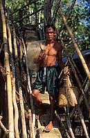 Asie/Malaisie/Bornéo/Sarawak: Départ pour la pêche - Pêcheur Dayak  partant pour la pêche à l'épervier