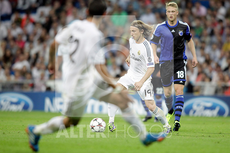 Real Madrid´s Modric (C) and Copenhague´s Jorgensen (R) during Champions League 2013/2014 match. October 02,2013. (ALTERPHOTOS/Victor Blanco)