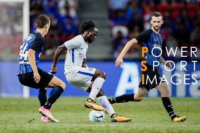 Chelsea Midfielder Victor Moses (C) fights for the ball with FC Internazionale Midfielder Marcelo Brozovic (R) during the International Champions Cup 2017 match between FC Internazionale and Chelsea FC on July 29, 2017 in Singapore. Photo by Marcio Rodrigo Machado / Power Sport Images