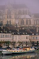Europe/France/89/Yonne/Auxerre: Brouillard matinal sur le port fluvial sur l'Yonne et le chevet de la cathédrale vu depuis la passerelle