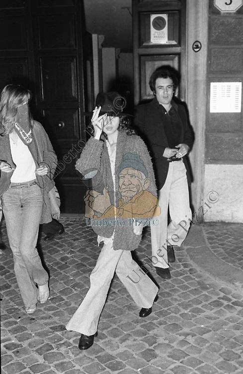 BERNARDO BERTOLUCCI CON LA MOGLIE CLARE PEPLOE E MARIA SCHNEIDER<br /> NEI PRESSI DELL'ABITAZIONE IN VIA DELLA LUNGARA ROMA 1973
