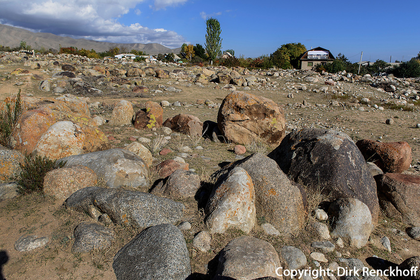 Steinfeld mit Steinkreis 1.Jt. v.Chr. nördlich des  Issyk Kul See, Kirgistan, Asien<br /> stone field with stone circle  1st Mill.  b.C. north of Issyk Kul Lake Kirgistan, Asia