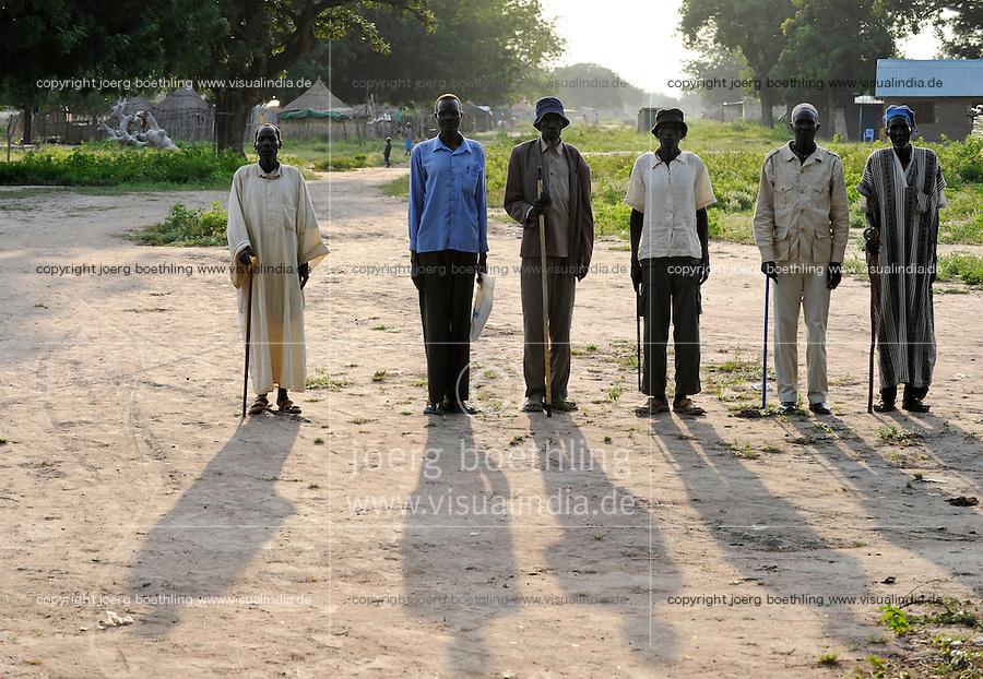 SOUTH-SUDAN Lakes state, Rumbek, Dinka men pose for a photo / SUED-SUDAN Rumbek, Dinka Menner posen fuer ein Foto