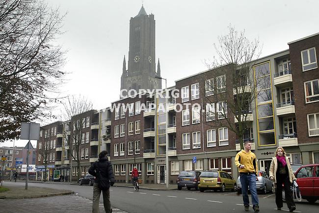 Arnhem, 211205<br /> Rodenburgstraat in centrum Arnhem. De flat in de wijk  'Het Paradijs' wordt volgens de herziening Rijnboog niet gesloopt maar gerenoveerd. Volgens wethouder Sander van Bodegraven is deze flat toch een heel mooi staaltje van wederopbouwarchitectuur. <br /> In de achtergrond de toren van de Eusebiuskerk.<br /> <br /> Foto: Sjef Prins APA Foto
