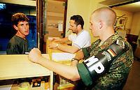 Ein deutscher KFOR-Soldat (Feldjaeger/Militaerpolizei) nimmt im der Wache der Feldjaeger einen Unfall auf. Der Mann links ist mit seinen Auto in ein Fahrzeug der Feldjaeger gefahren. In Hintergrund schreibt der Dolmetscher das Unfallprotokoll. <br /> Prizren/Jugoslawien, 31.7.1999<br /> Copyright: Christian-Ditsch.de<br /> [Inhaltsveraendernde Manipulation des Fotos nur nach ausdruecklicher Genehmigung des Fotografen. Vereinbarungen ueber Abtretung von Persoenlichkeitsrechten/Model Release der abgebildeten Person/Personen liegen nicht vor. NO MODEL RELEASE! Don't publish without copyright Christian-Ditsch.de, Veroeffentlichung nur mit Fotografennennung, sowie gegen Honorar, MwSt. und Beleg. Konto: I N G - D i B a, IBAN DE58500105175400192269, BIC INGDDEFFXXX, Kontakt: post@christian-ditsch.de<br /> Urhebervermerk wird gemaess Paragraph 13 UHG verlangt.]