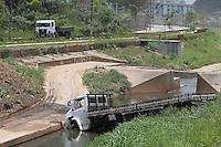 SÃO PAULO, SP, 05/12/2011, CAMINHÃO CAI NO CORREGO ARICANDUVA.<br /> <br />  Na manhã de hoje(5) um caminhão caiu dentro do corrego Aricanduva, após colidir contra uma veiculo, este vindo a se chocar contra um poste.<br />  Segundo o Corpo de Bombeiros, quatro pessoas ficaram feridas nesse acidente.<br /> <br />   Luiz Guarnieri/ News Free